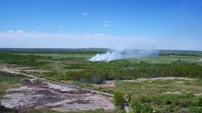 Widok z lotu ptaka pożar lasu i dym zbiory wideo