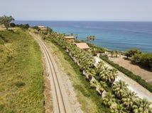 Widok z lotu ptaka pociąg tropi krzyżować wybrzeże z morzem Zdjęcie Royalty Free
