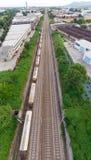 Widok z lotu ptaka pociągi towarowi w staci kolejowej Ładunek trenuje furgony na linii kolejowej, wierzchołka puszek Przemysł cię Fotografia Stock