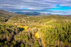Widok z lotu ptaka podmiejska droga w Gruzja górach obrazy stock