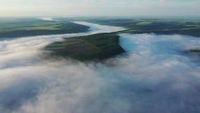 Widok z lotu ptaka pola na wzgórzu nad chmury, widok z lotu ptaka mgła nad rzeką przy wschód słońca, gęsta mgła nad rzeką zbiory wideo