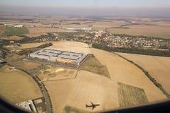 Widok z lotu ptaka pola, przemysłowi budynki i miasteczko dom, Zdjęcia Stock