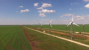 Widok z lotu ptaka pola z silnikami wiatrowymi zbiory wideo