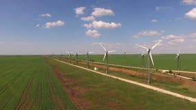 Widok z lotu ptaka pola z silnikami wiatrowymi zdjęcie wideo