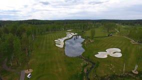 Widok z lotu ptaka pole golfowe, stawy i zieleń gazony pole golfowe, Piasków bunkiery przy pięknym polem golfowym Fotografia Royalty Free