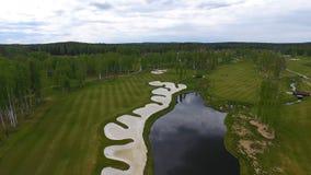 Widok z lotu ptaka pole golfowe, stawy i zieleń gazony pole golfowe, Piasków bunkiery przy pięknym polem golfowym Zdjęcia Stock