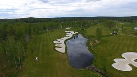 Widok z lotu ptaka pole golfowe, stawy i zieleń gazony pole golfowe, Piasków bunkiery przy pięknym polem golfowym Zdjęcie Stock