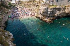 Widok z lotu ptaka Polignano kobylia plaża i falezy, Apulia, southe obraz stock