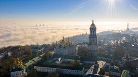 Widok z lotu ptaka Pomnikowy kraj ojczysty, okrywający w gęstej mgle przy świtem, Kijów, Ukraina Pojęcie apokaliptyczny zdjęcia stock