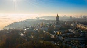 Widok z lotu ptaka Pomnikowy kraj ojczysty, okrywający w gęstej mgle przy świtem, Kijów, Ukraina Pojęcie apokaliptyczny zdjęcie stock