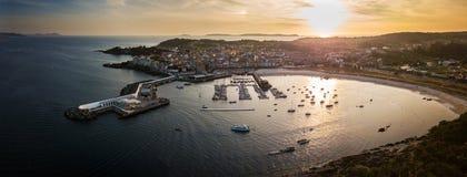 Widok z lotu ptaka Portonovo schronienie przy półmrokiem, Galicia Zdjęcie Stock