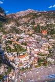 Widok z lotu ptaka Positano fotografia, pi?kna ?r?dziemnomorska wioska na Amalfi wybrze?u Costiera Amalfitana, najlepszy miejsce  obraz stock