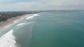widok z lotu ptaka Powietrzny trutnia materia? filmowy ocean fala rozbija na brzeg Lata? ocean gigantyczne fale zbiory wideo