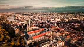 Widok z lotu ptaka Praga miasto od Petrin wzgórza strony zdjęcie stock