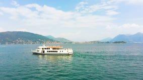 Widok z lotu ptaka prom w Maggiore jeziorze zbiory wideo