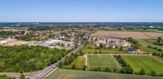 Widok z lotu ptaka przemysłowa nieruchomość na obrzeżach Wolfsburg, Niemcy, z futbolowym upada wewnątrz przedpole zdjęcia royalty free