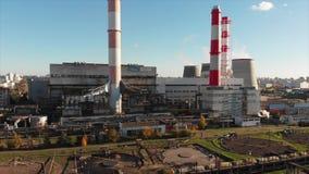 Widok z lotu ptaka Przemysłowa roślina z dymienie drymbami blisko miasta wyposażenia przemysłowa nowa przerób ropy naftowej stref zbiory