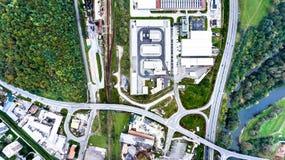 Widok z lotu ptaka przemysłowi budynki, autostrada i mały miasteczko, Fotografia Stock