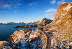 Widok z lotu ptaka przy drogą w górach Góry i oceanu brzeg podczas zmierzchu w Norwegia fotografia royalty free
