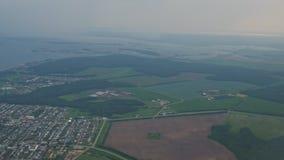 Widok z lotu ptaka przy miasteczkiem przybrzeżnym, polami i morzem w mgle od płaskiego okno, zbiory wideo