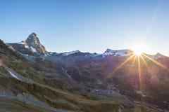 Widok z lotu ptaka przy wschodem słońca Breuil Cervinia wioska i halny szczyt Cervino lub Matterhorn, sławny ośrodek narciarski w Fotografia Stock