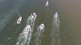 Widok Z Lotu Ptaka przyjemności łodzie na słonecznym dniu zbiory