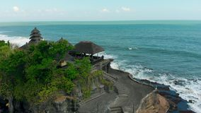 Widok z lotu ptaka Pura Tanah udziału świątynia w Tabanan, Bali, Indonezja 4K zbiory wideo