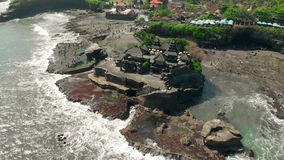 Widok z lotu ptaka Pura Tanah udziału świątynia w Tabanan, Bali, Indonezja 4K zdjęcie wideo