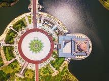 Widok z lotu ptaka Putra meczet z ogródu krajobrazu projektem i Putrajaya jeziorem, Putrajaya Sławna atrakcja turystyczna wewnątr fotografia royalty free