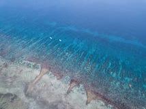 Widok Z Lotu Ptaka rafa koralowa i małe łódki w Karaiby fotografia stock