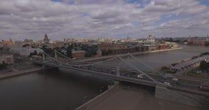 Widok z lotu ptaka region centralny w Moskwa, Rosja Most nad Moskwa rzeką, Gorky parkiem, ciężkim ruchem drogowym i łodziami, zbiory