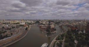Widok z lotu ptaka region centralny w Moskwa, Rosja Most nad Moskwa rzeką, Gorky parkiem, ciężkim ruchem drogowym i łodziami, zdjęcie wideo
