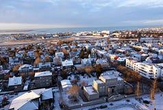 Widok z lotu ptaka Reykjavik przy zmierzchem z kolorowymi domami obrazy stock