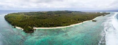 Widok z lotu ptaka Rimatara wyspa z piaskowatymi plażami w lazurowych turkusowych błękitnych wodach Tubuai wyspy Austral, Francus obrazy stock