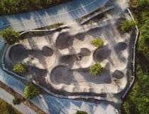 Widok z lotu ptaka roweru ślad w parku z drzewami i drogami Fotografia Royalty Free