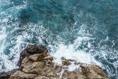 Widok z lotu ptaka rozbija na skalistej falezie z białym spr ocean fala zdjęcie stock