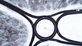 Widok z lotu ptaka ruchu drogowego okrąg w mroźnym lesie zbiory wideo