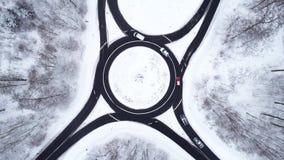 Widok z lotu ptaka ruchu drogowego okrąg w mroźnym lesie zdjęcie wideo