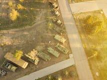 Widok z lotu ptaka rząd pojazd wojskowy maszyny podczas zmierzchu d obraz royalty free