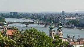 Widok z lotu ptaka rzeka, most, kościół i dachy w Budapest Danube, słoneczny dzień, Węgry zdjęcie stock