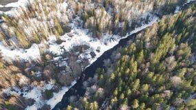 Widok z lotu ptaka rzeka w lesie z ?niegiem wzd?u? bank?w obraz stock