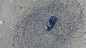 Widok z lotu ptaka samochód i dryfować zaznacza z lewej strony na bruku zbiory wideo