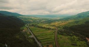 Widok z lotu ptaka samochodów jeżdżenie na wiejskiej drodze i wzgórzach zbiory wideo