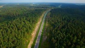 Widok z lotu ptaka samochodowy jeżdżenie na drodze w drewnach zbiory