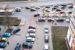 Widok z lotu ptaka samochodowy ruch drogowy w mieszkaniowym okręgu fotografia royalty free