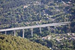 Widok Z Lotu Ptaka samochodu ruch drogowy Na autostrada moście Z filarami W Francja obraz stock
