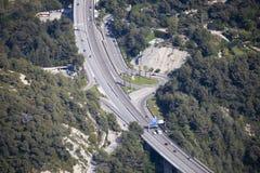 Widok Z Lotu Ptaka samochodu ruch drogowy Na autostrada moście Z wyjściem zdjęcie royalty free