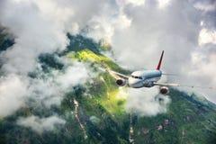 Widok z lotu ptaka samolot Samolot lata w chmurach Zdjęcia Stock