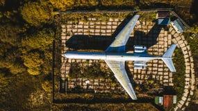 Widok z lotu ptaka samolot w jesień lasowym Odgórnym widoku Piękny jesień krajobraz z samolotem obraz stock