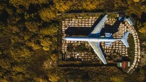 Widok z lotu ptaka samolot w jesień lasowym Odgórnym widoku Piękny jesień krajobraz z samolotem zdjęcie stock